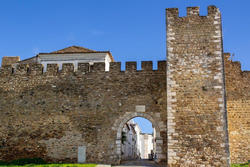 Acceso por la muralla de Estremoz