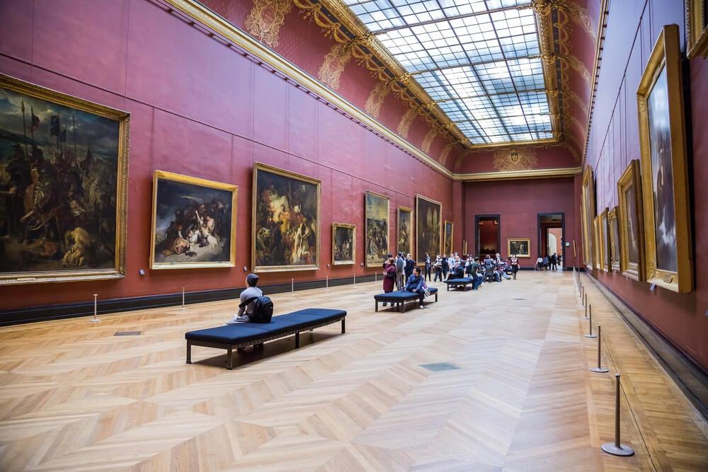 Interior del museo del Louvre