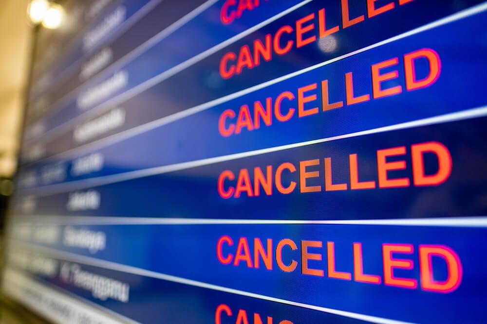 Pantalla c on cuelos cancelados en uno de los países que han cerrado fronteras por el coronavirus