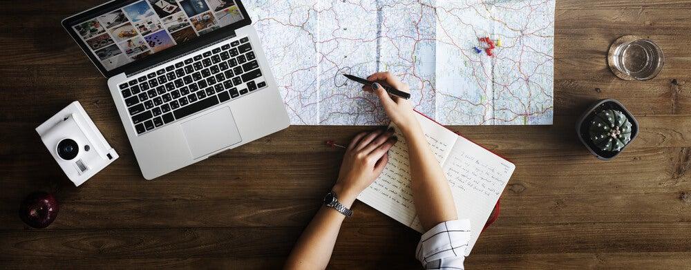 Viajero organizando una ruta