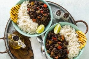 Plato de arroz cubano, denominado moros y cristianos.