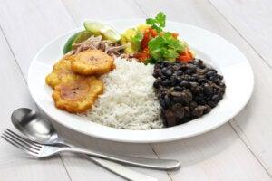 Plato de arroz moros y cristianos en un plato.