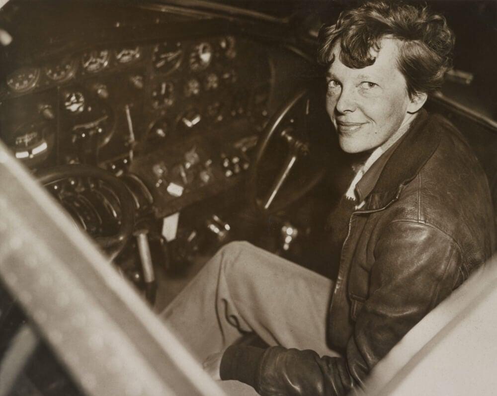 La piloto en su avión