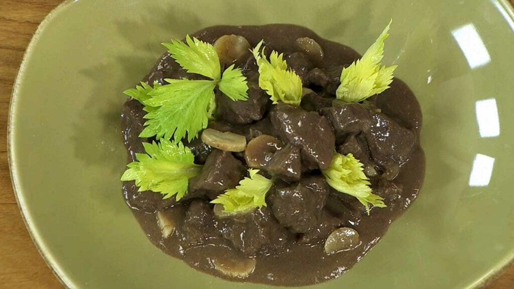 El civet de jabalí es un plato que incluye carne de caza.