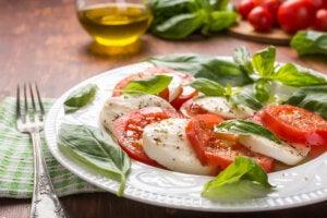 Ensalada caprese con especias y aceite de oliva.