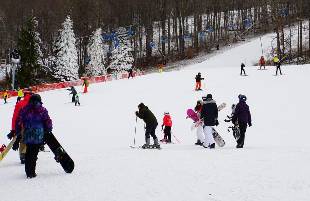 Turistas esquiando en las montañas Pocono.