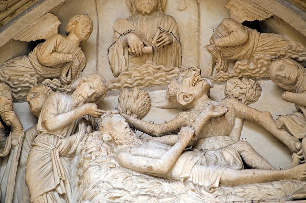 Estatuas en el interior de la Catedral de Chartres.