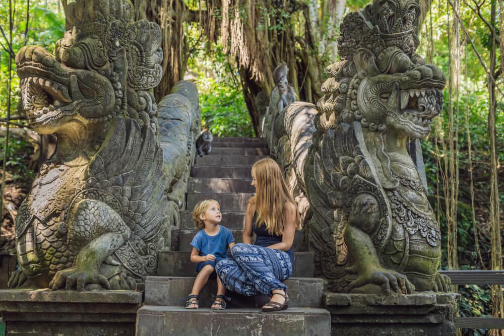 Madre e hijo en el santuario sagrado del Bosque de los Monos.