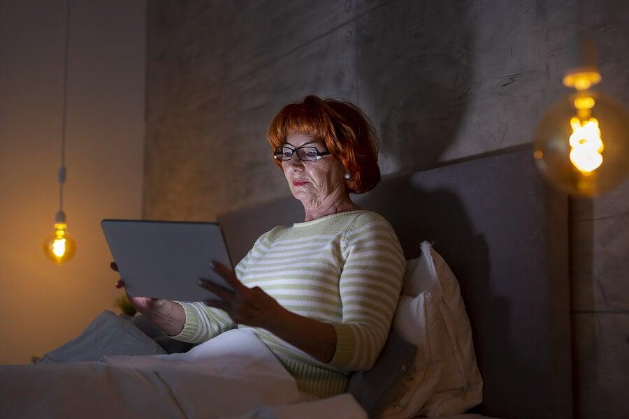 Mujer leyendo un ebook como iniciativa de las bibliotecas viajeras.