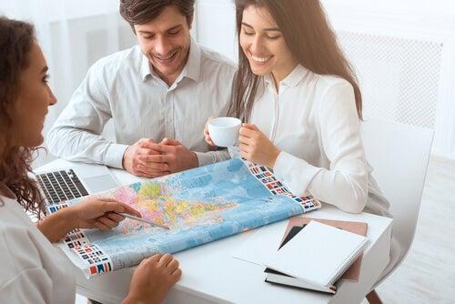 Personas planificando su viaje.