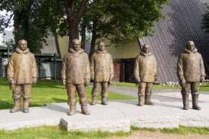 Monumento a Roald Amundsen y la tripulación que lo acompañó al Polo Sur.