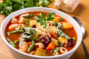 Sopa Minestrone, tradicional en la gastronomía italiana.
