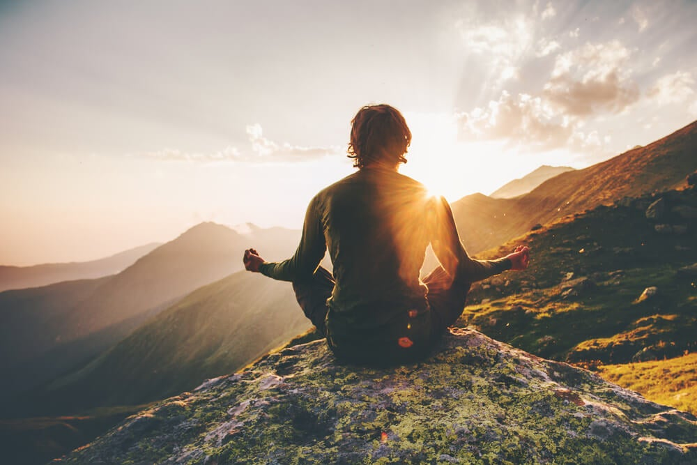Viajero meditando
