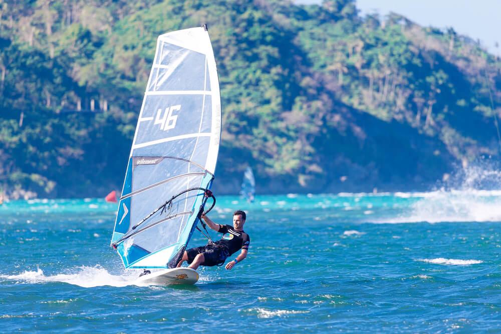 Joven haciendo windsurf en la Isla Boracay.