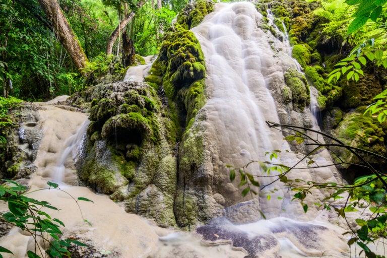 Las cascadas de Bua Tong en el Parque Nacional Si Lanna