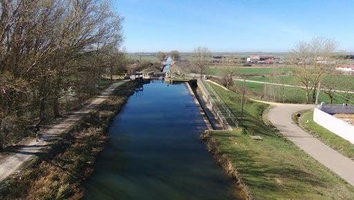 Es posible realizar senderismo en los tramos paralelos al Canal de Castilla.