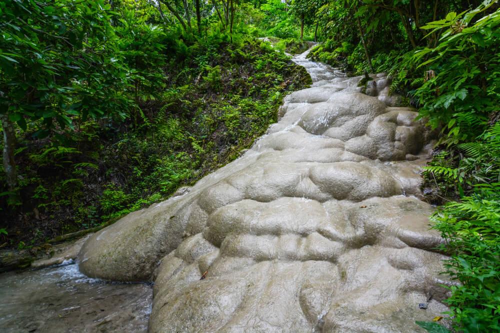 Las cascadas de Bua Tong ofrecen también lugares para descansar.