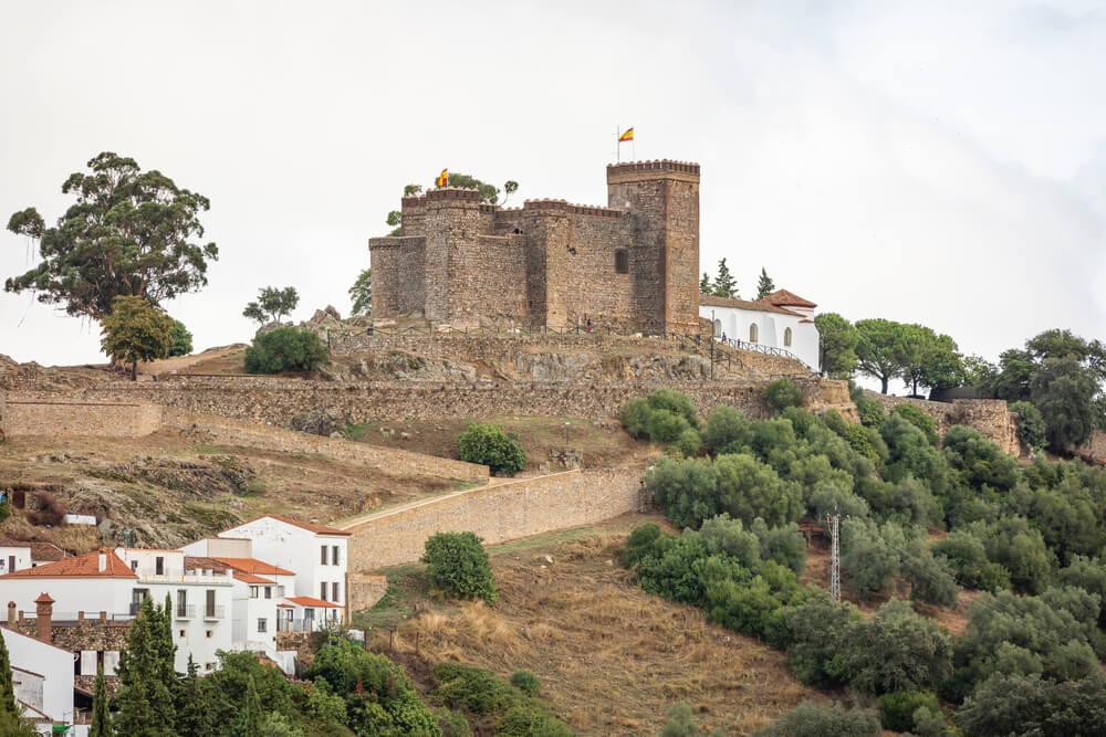 El Castillo de Cortegana visto desde el pueblo.