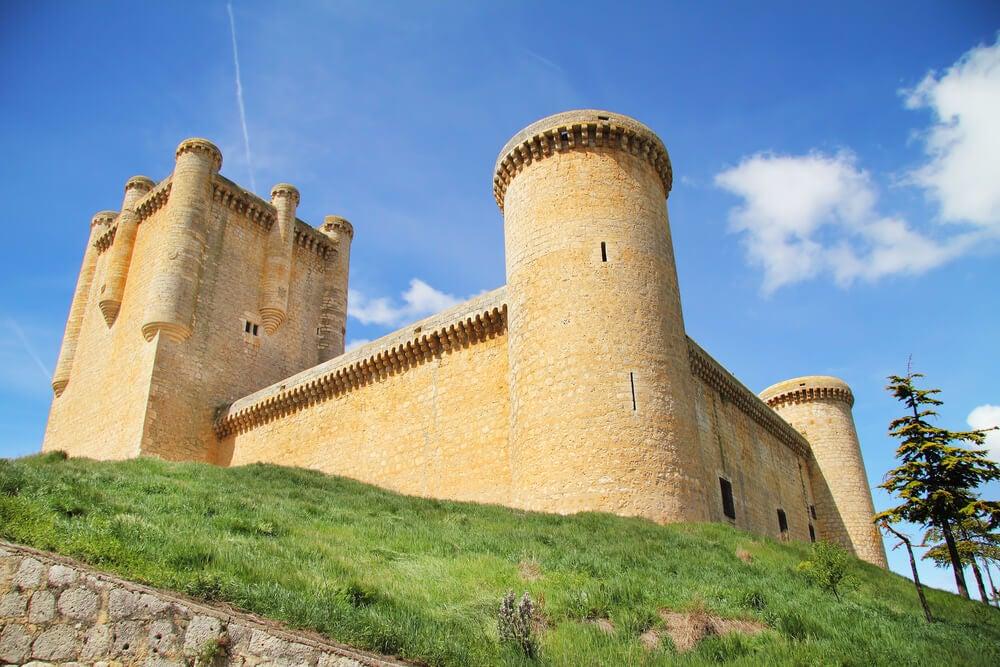 El Castillo de Torrelobatón desde las afueras.