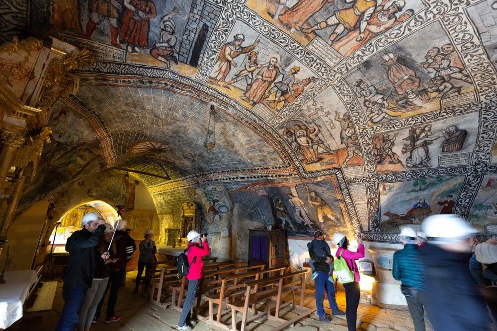 Interior de la ermita del Monumento Natural de Ojo Guareña.
