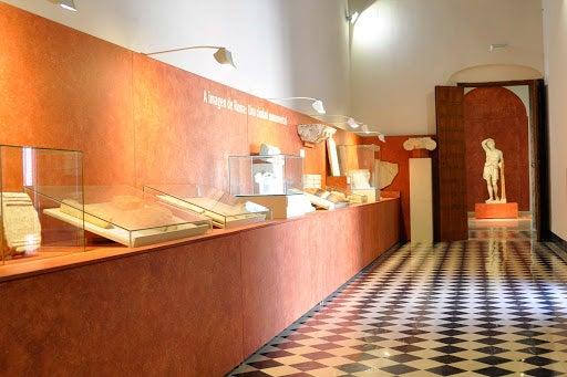 Museo de Écija que contiene restos de excavaciones arqueológicas.