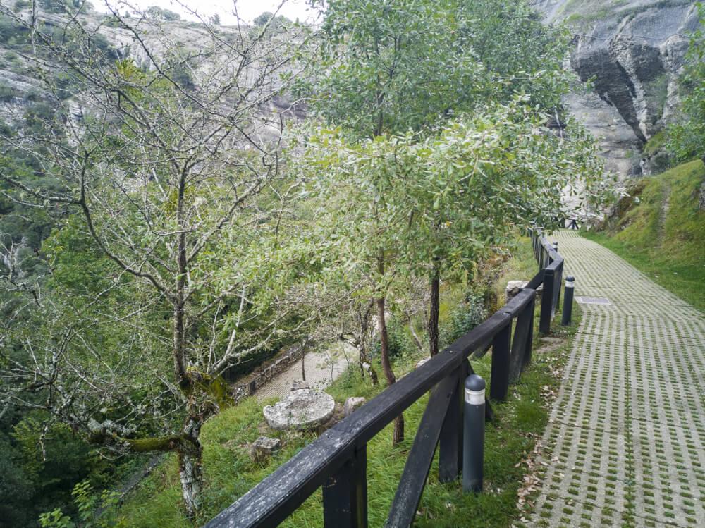 Ruta de senderismo en Ojo Guareña, España.