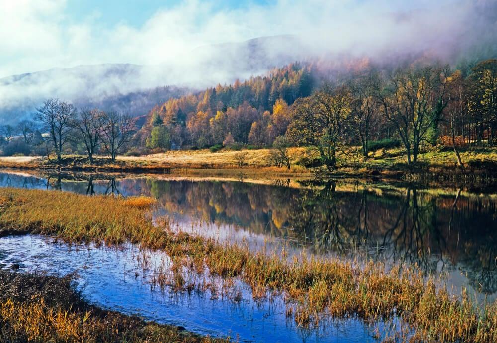 Las montañas Trossachs de Escocia, tapadas por la niebla.