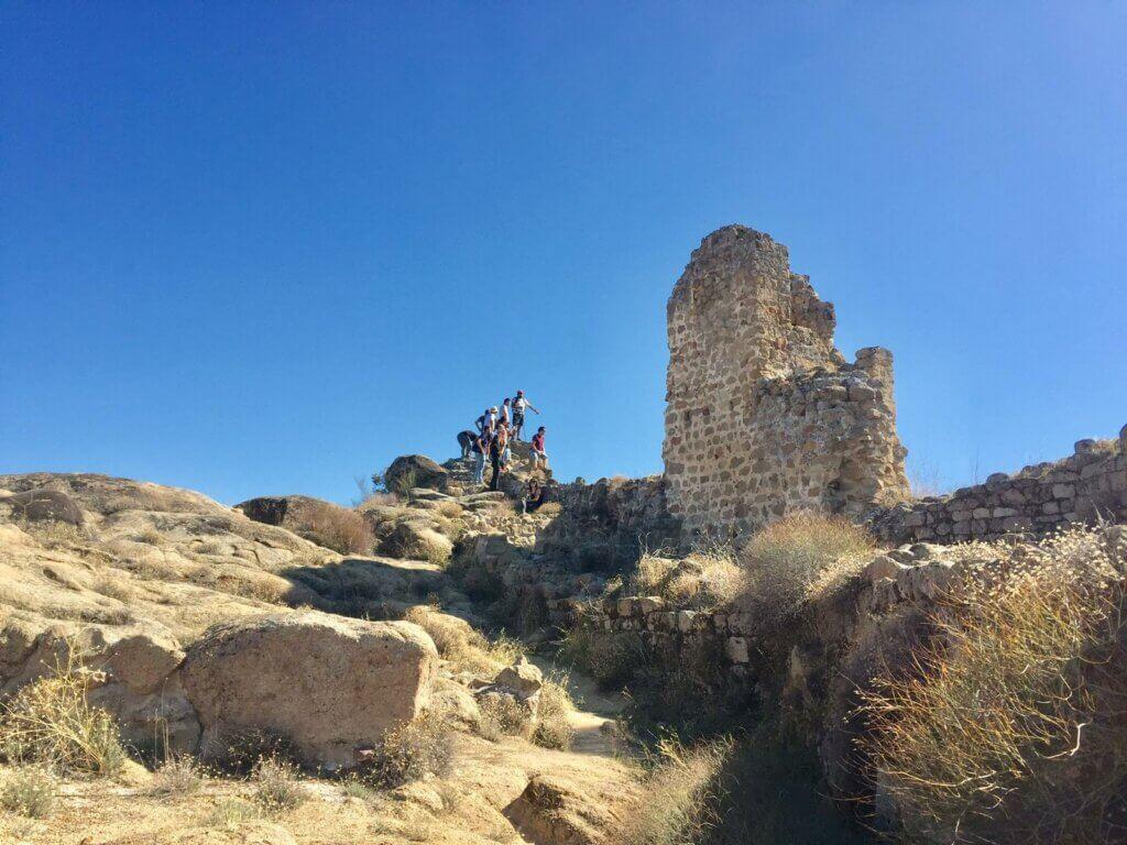 Turistas visitando las ruinas de Ciudad de Vascos.