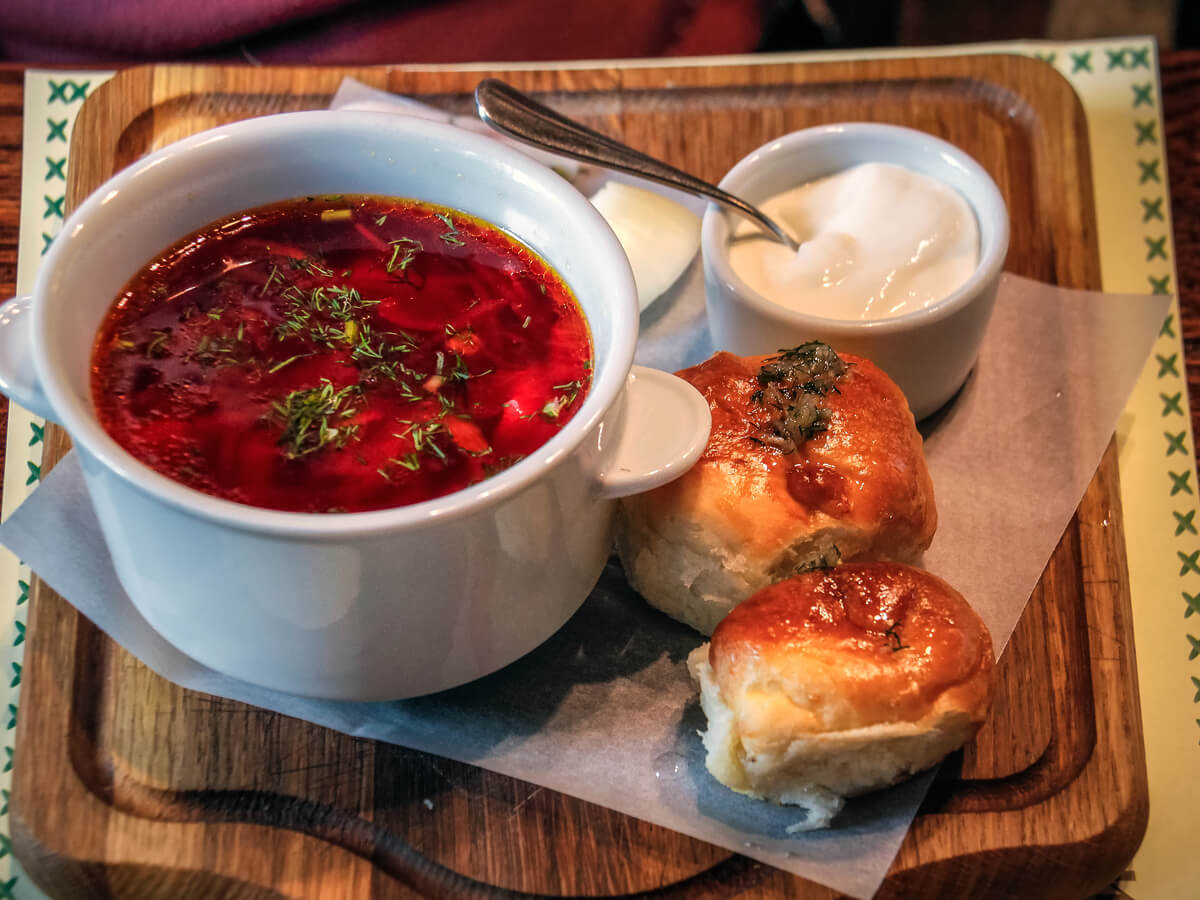Plato de borsch, una comida típica de Ucrania.