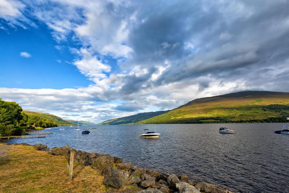 Embarcaciones en el Lago Earn, en las Highlands de Escocia.
