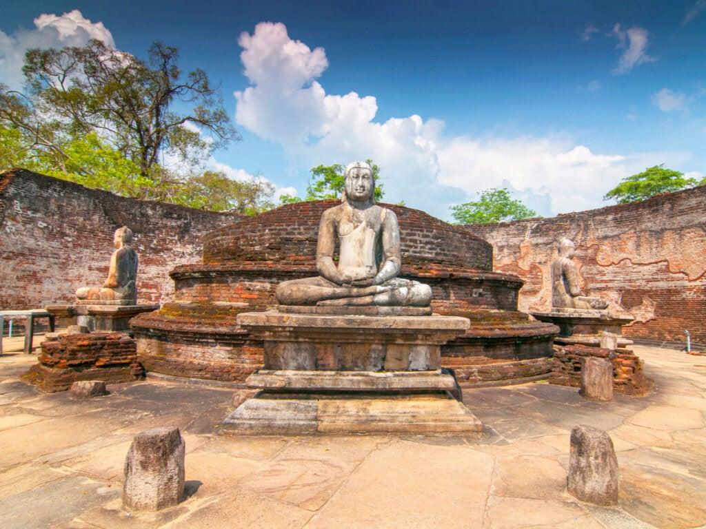 En El Vatadage se puede ver una imponente estatua de Buda.