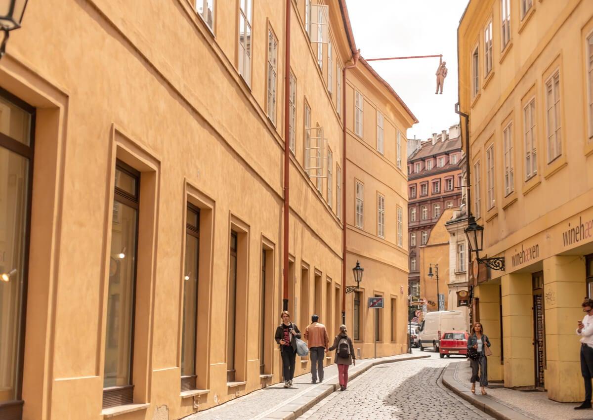 El hombre colgado, ubicado en el centro de la ciudad de Praga.