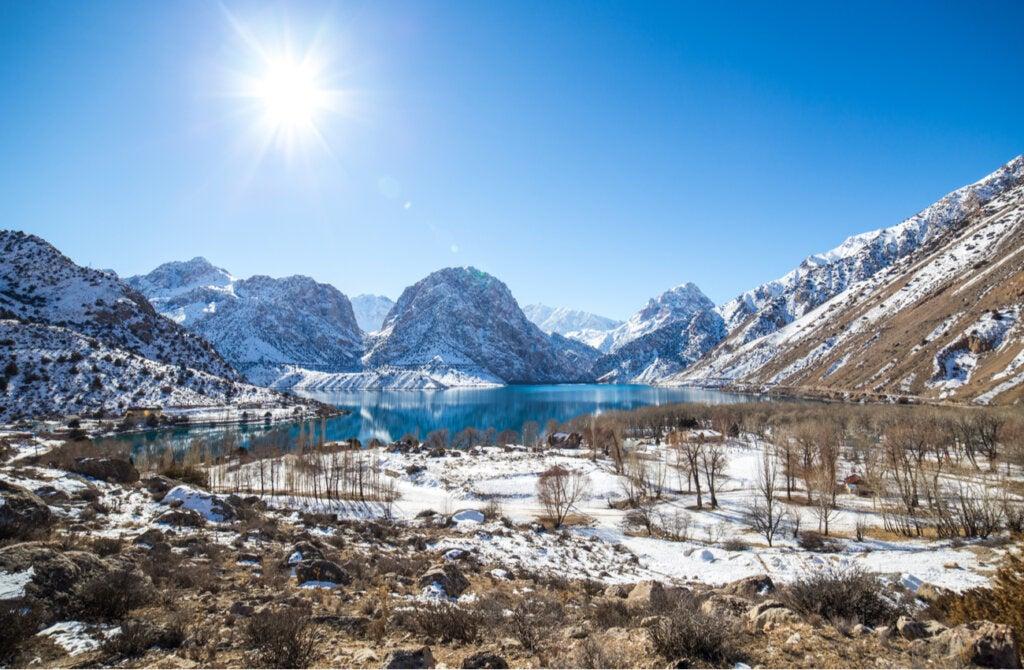 El lago Iskanderkul se congela durante el invierno.