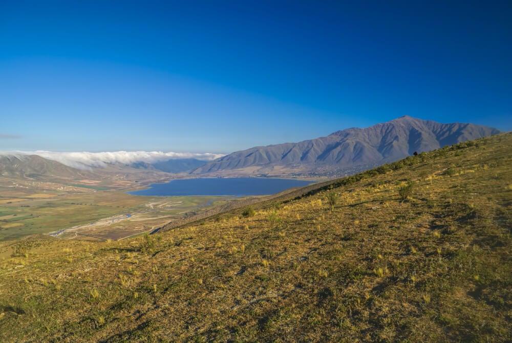 Lago y Cerro Uritorco en Córdoba, Argentina.