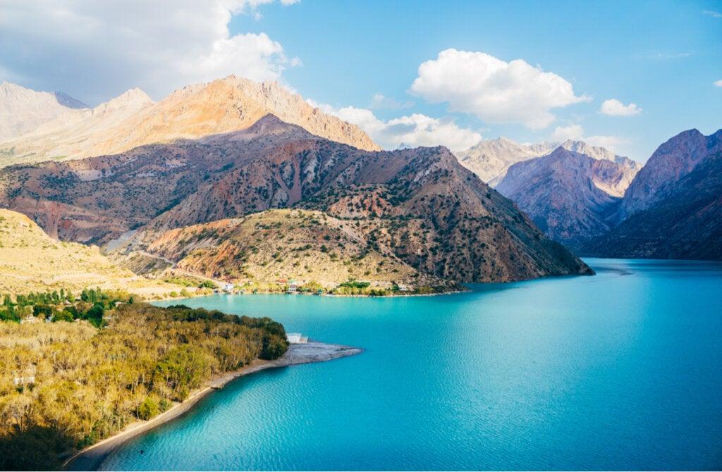 El lago Iskanderkul sorprende con sus colores y su entorno.