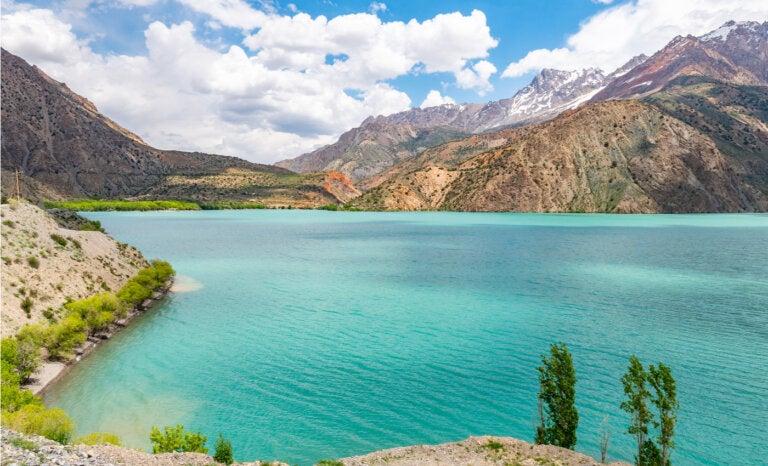 El lago Iskanderkul y sus hermosas aguas cristalinas