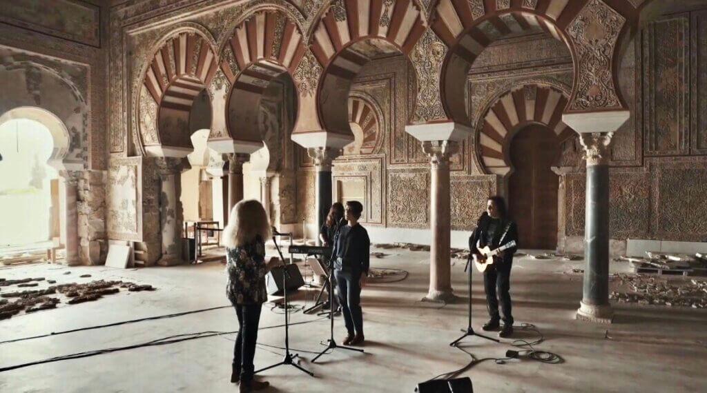 La banda Medina Azahara grabando en el yacimiento de Córdoba.