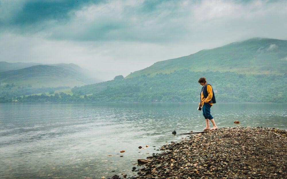 Mujer a la orilla del Lago Earn, en Escocia.