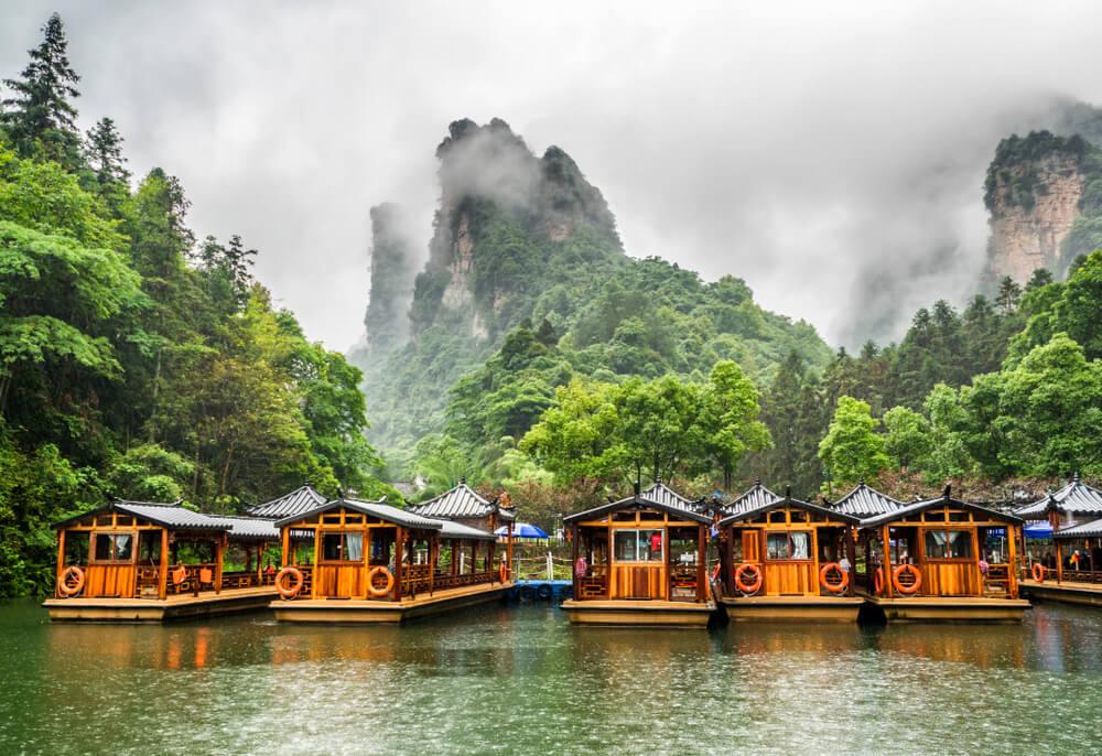 El Parque Nacional Zhangjiajie y las montañas Wulingyuan en un día lluvioso.