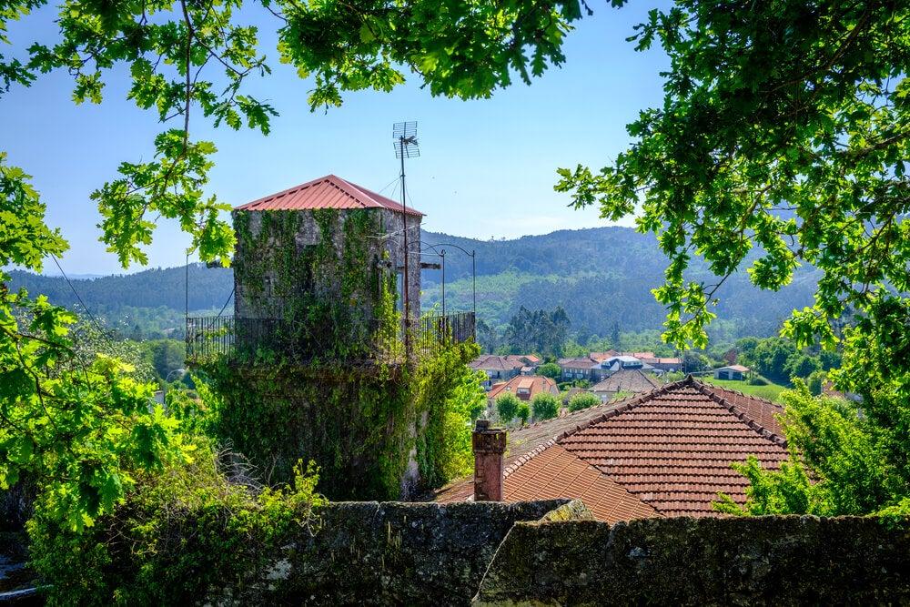 Monasterio y paisaje en Cotobade.