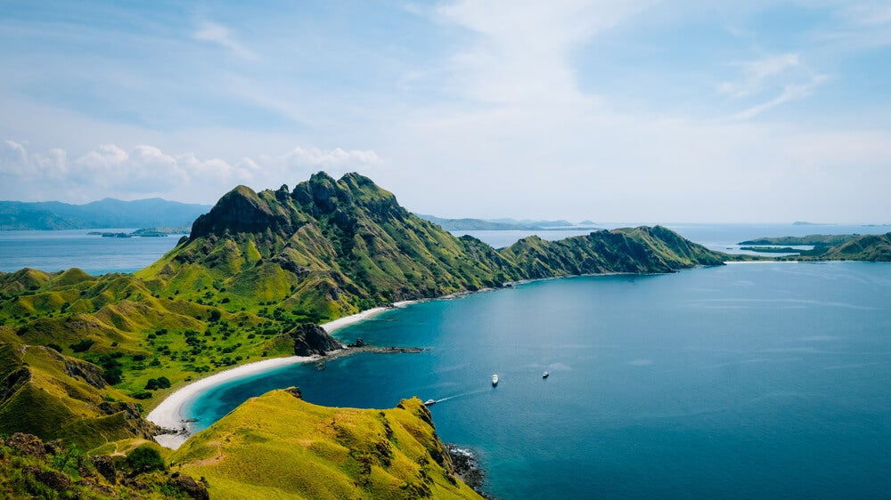 Playa y costa en la Isla Padar, de Indonesia.