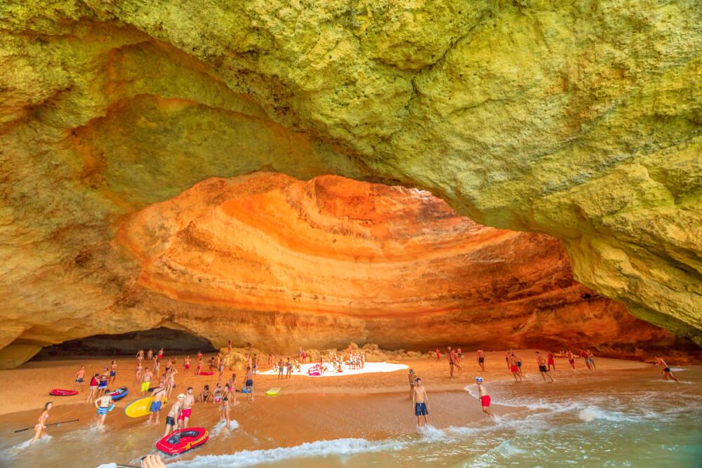 En el interior de la Cueva de Benagil se puede encontrar una playa.