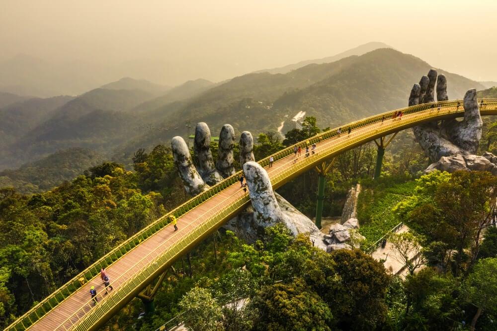 El Puente Dorado es uno de los máximos atractivos de Vietnam.
