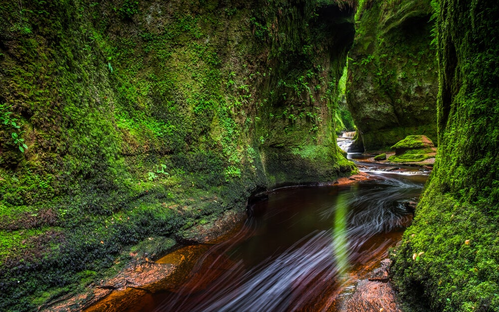 Aguas y paredes verdes en el Púlpito del Diablo.