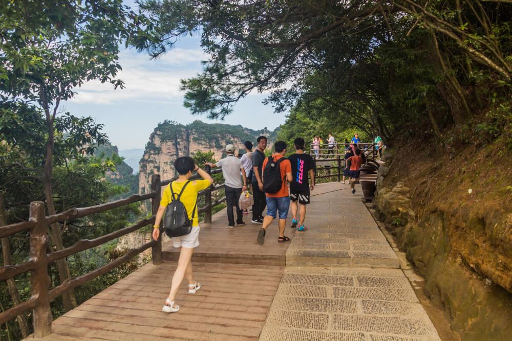 Camino de senderismo para ascender las montañas de Wulingyuan.