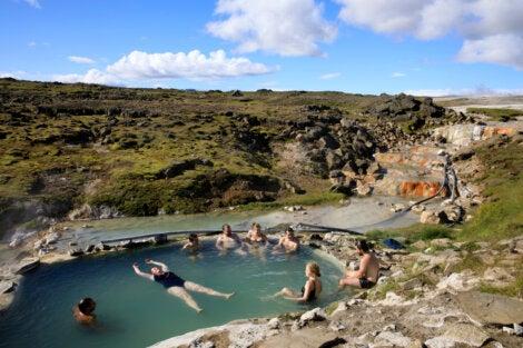 Turistas disfrutando de las aguas termales de Hveravellir.