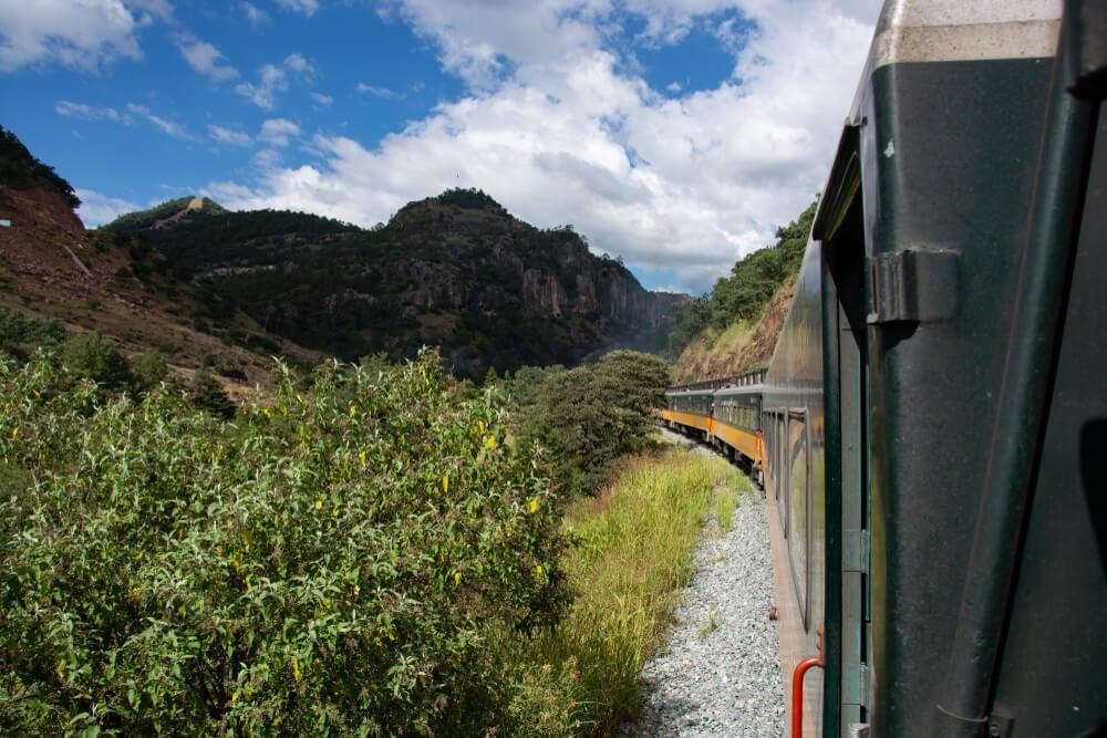 El camino por la Barranca El Cobre se realiza casi en su totalidad en tren.