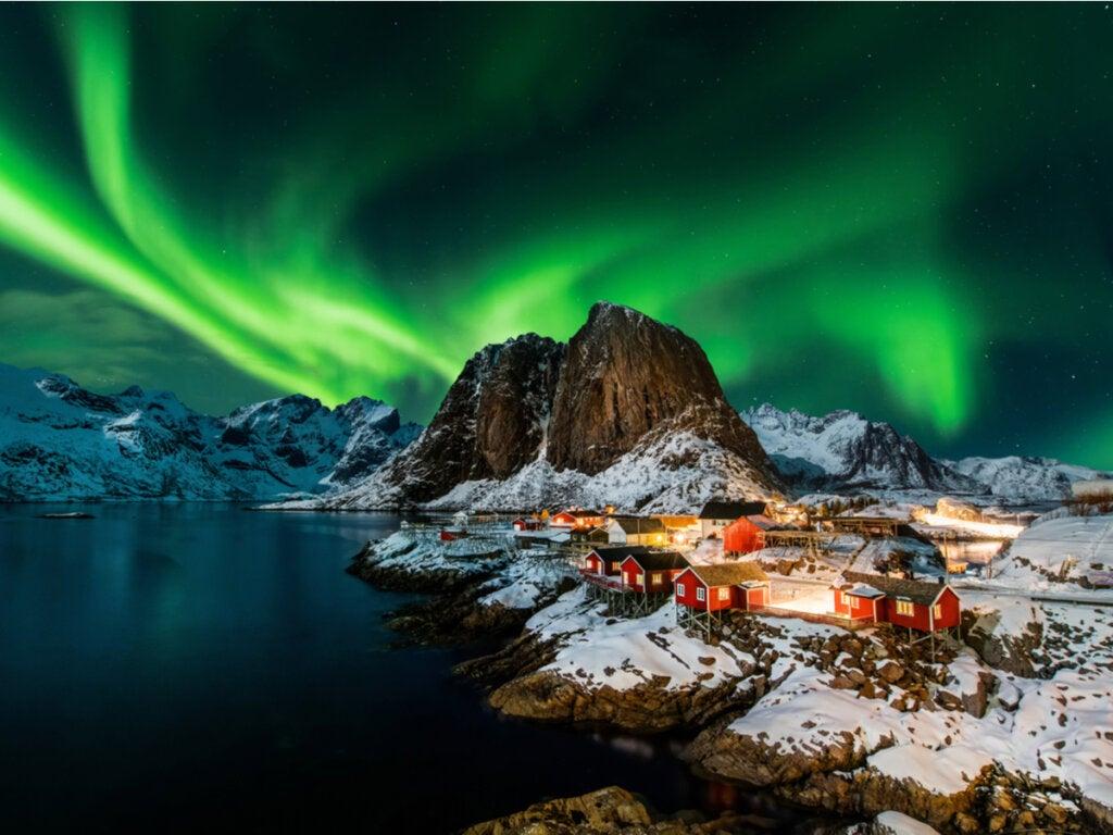 Vista de la aurora boreal desde Hamnoy, Noruega.