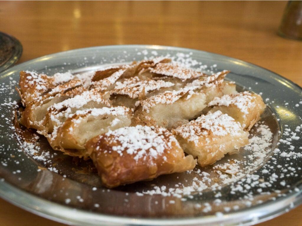 O Bougatsa é a sobremesa tradicional da gastronomia da Macedônia.