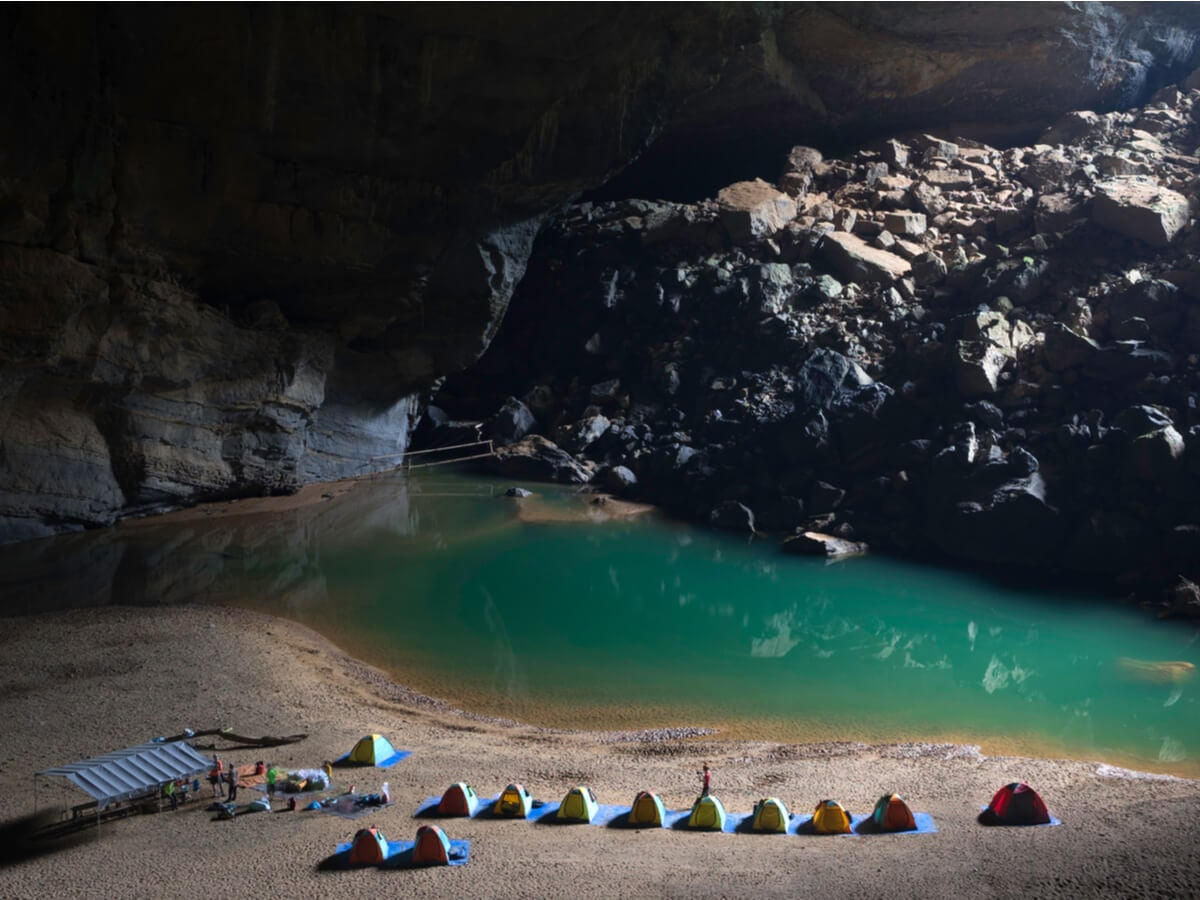 Turistas acampando en la cueva de Son Doong.